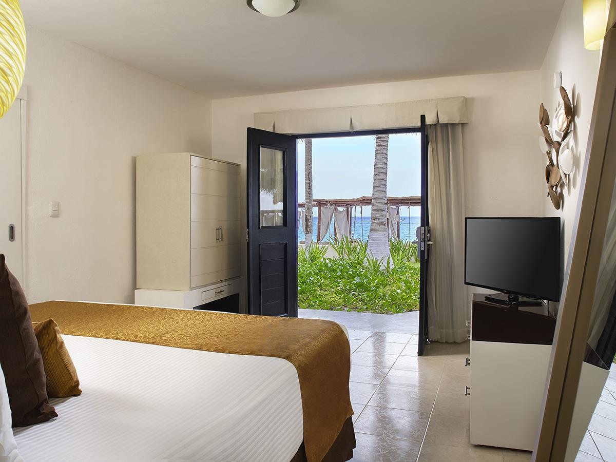 desire-riviera-deluxe-room-ocean-01-1200x900.jpg